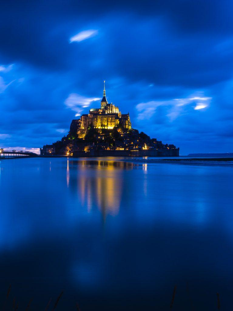 Le Mont saint michel de nuit éclairé