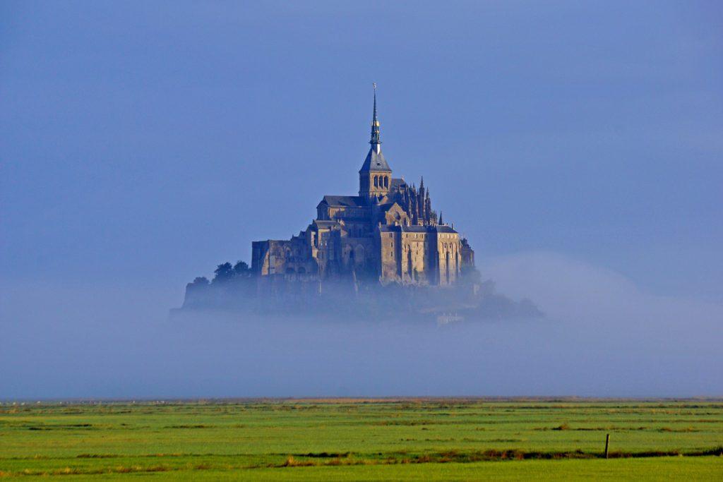 Le mont saint michel qui flotte dans le brouillard