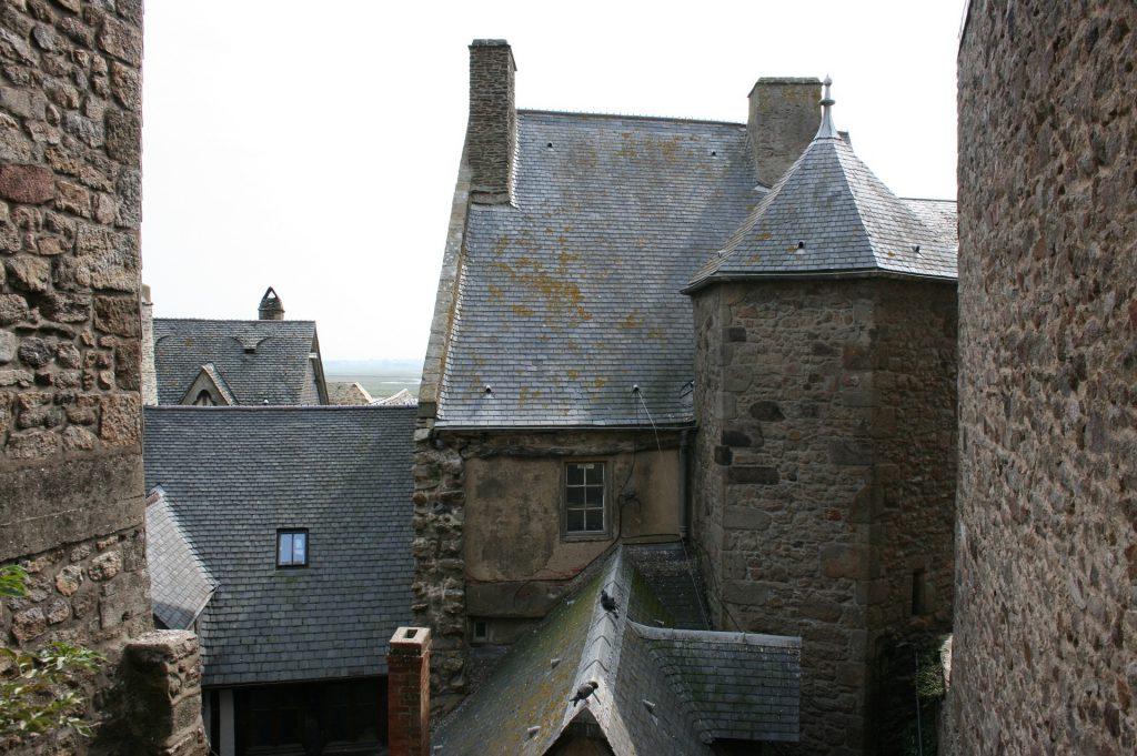 Toits des bâtiments du mont saint-michel